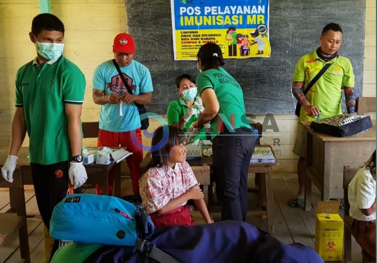 Tim DInas Kabupaten Sintang Menyalurkan Imunisasi MR di SDN 26 Jengkarang, Desa Jengkarang, Kecamatan Ambalau